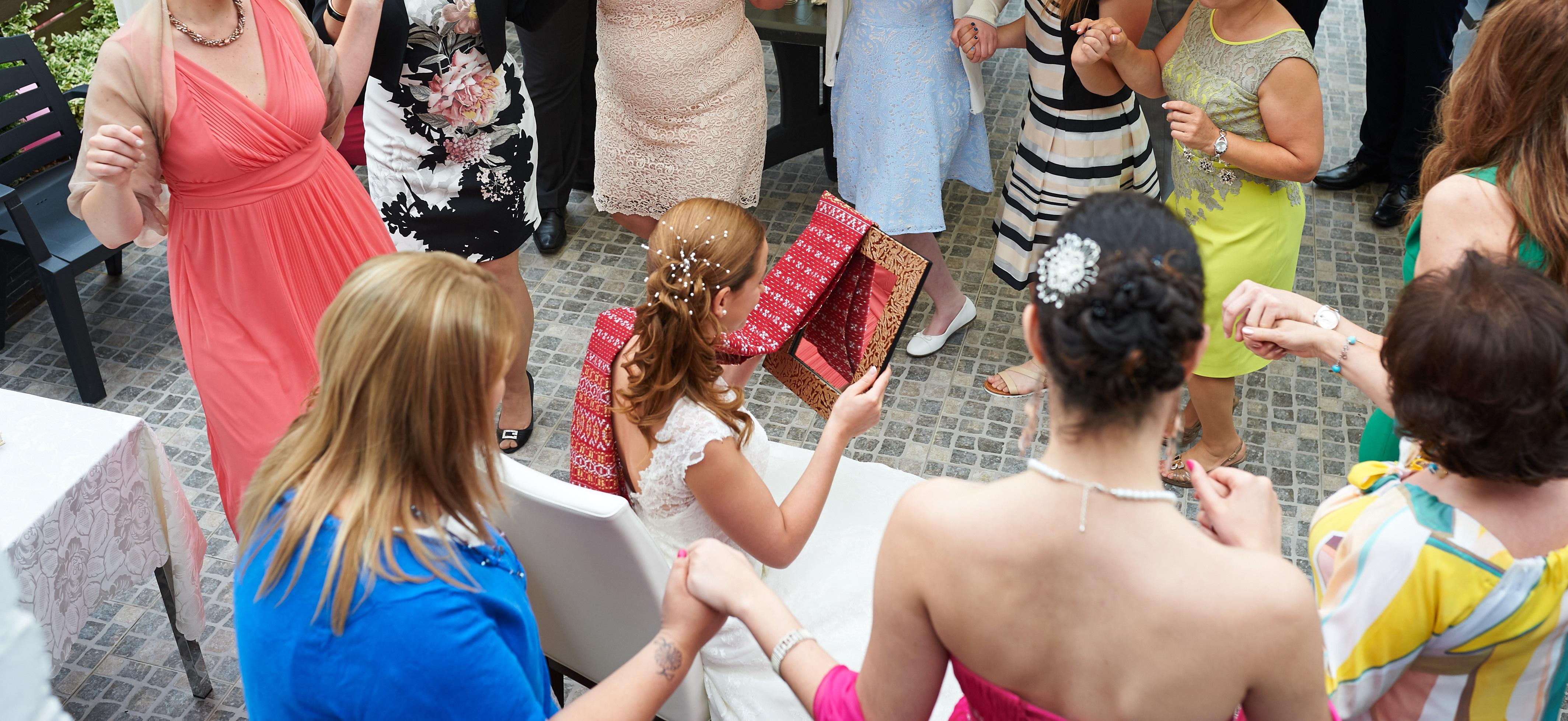 Mon mariage orthodoxe grec : la réception au domicile de nos parents et notre départ pour l'église