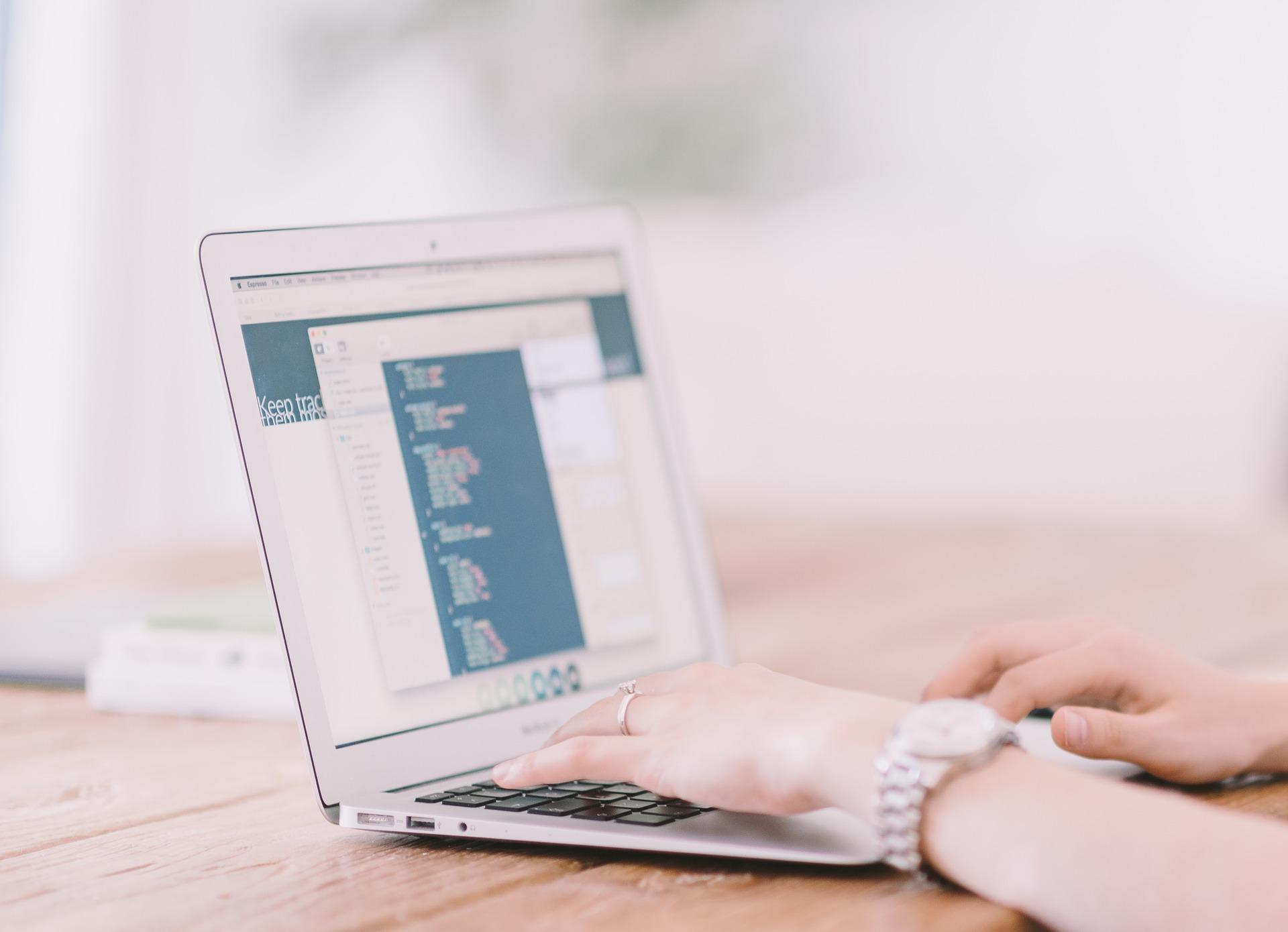 Pourquoi et comment faire un site Internet pour ton mariage ?