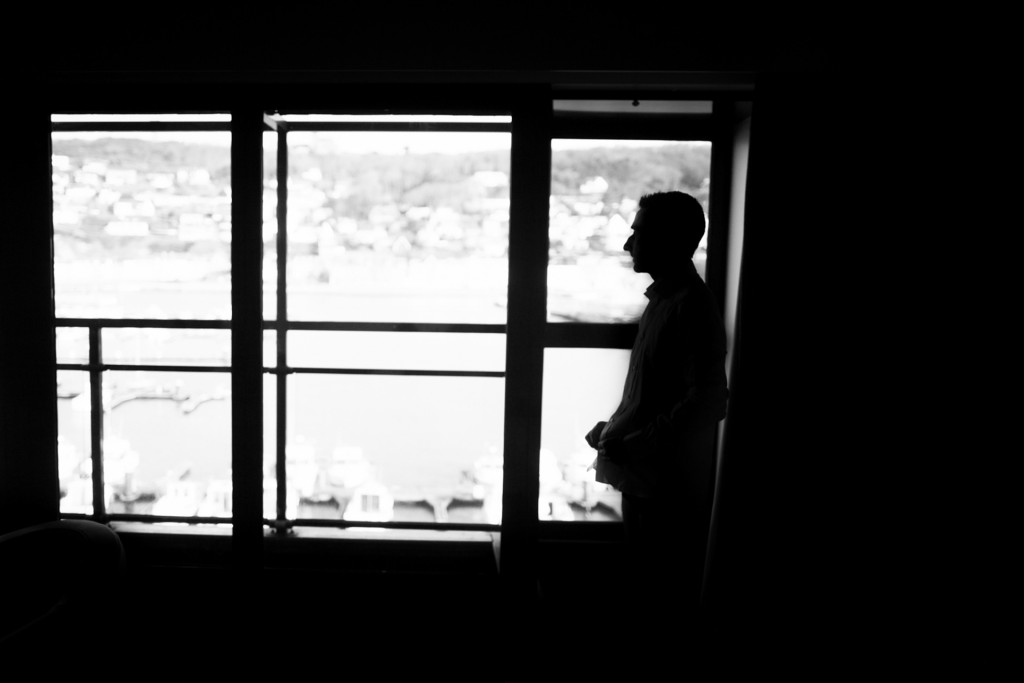 Préparatifs et habillage du marié à l'hôtel // Photo : Sébastien Leloup - 76 images par seconde