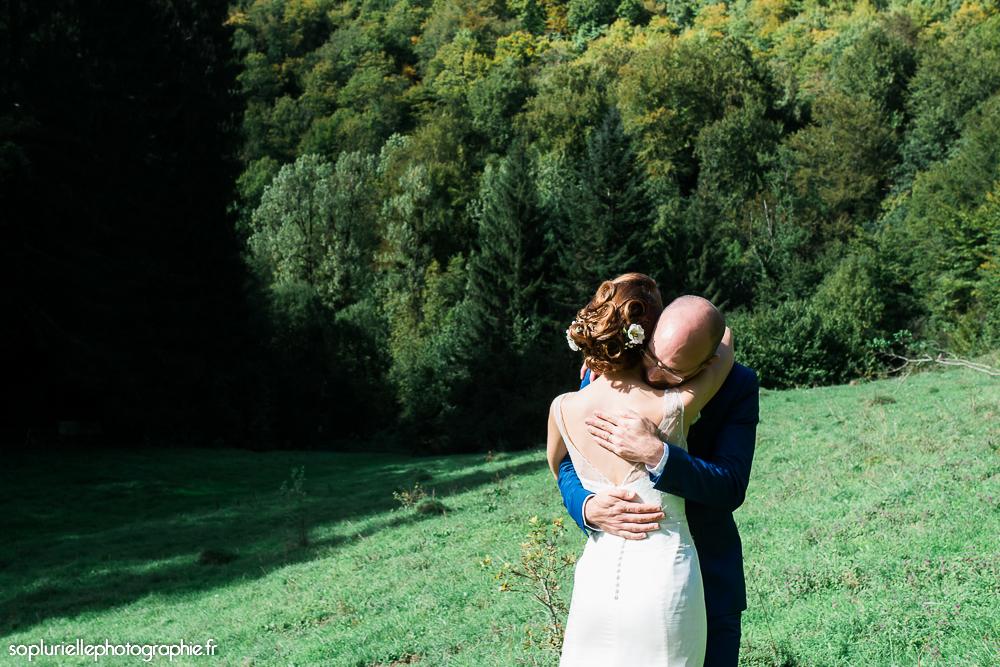 Mon mariage en bleu sur fond vert : notre séance photos de couple en plein champ