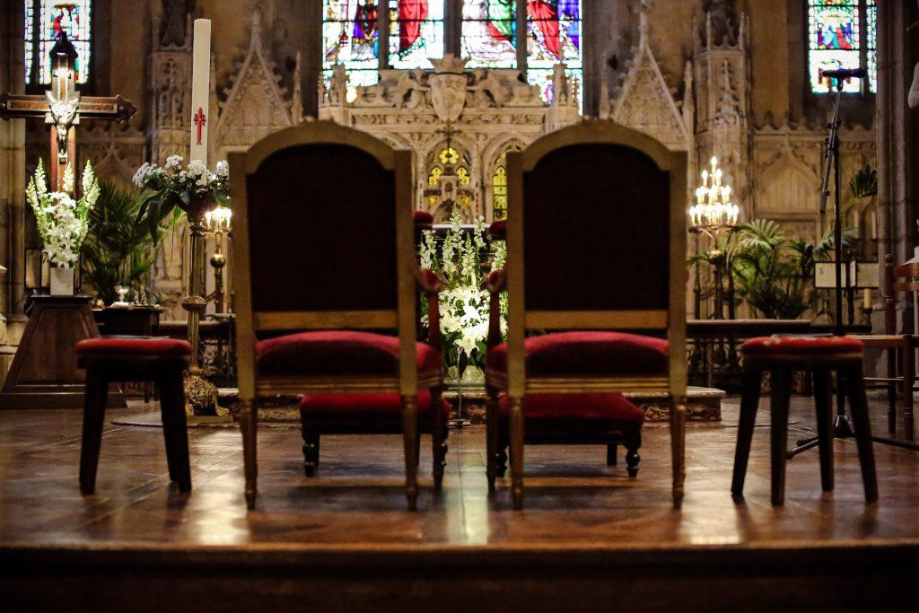 Préparatifs et déco dans l'église // Photo : Anita Gallot