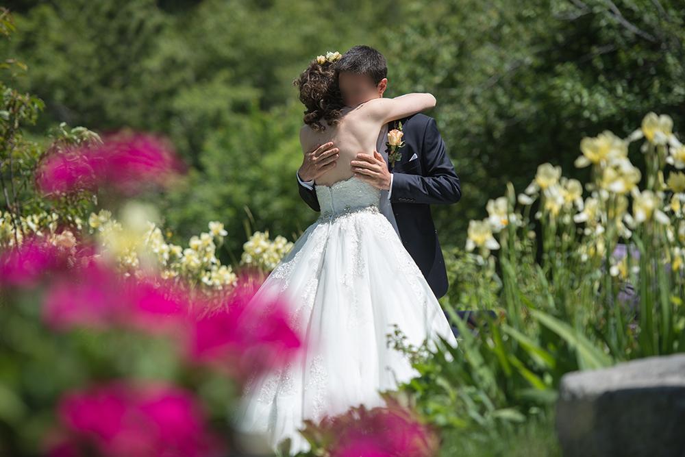 Mon garden wedding à la montagne : la découverte des époux dans le jardin !
