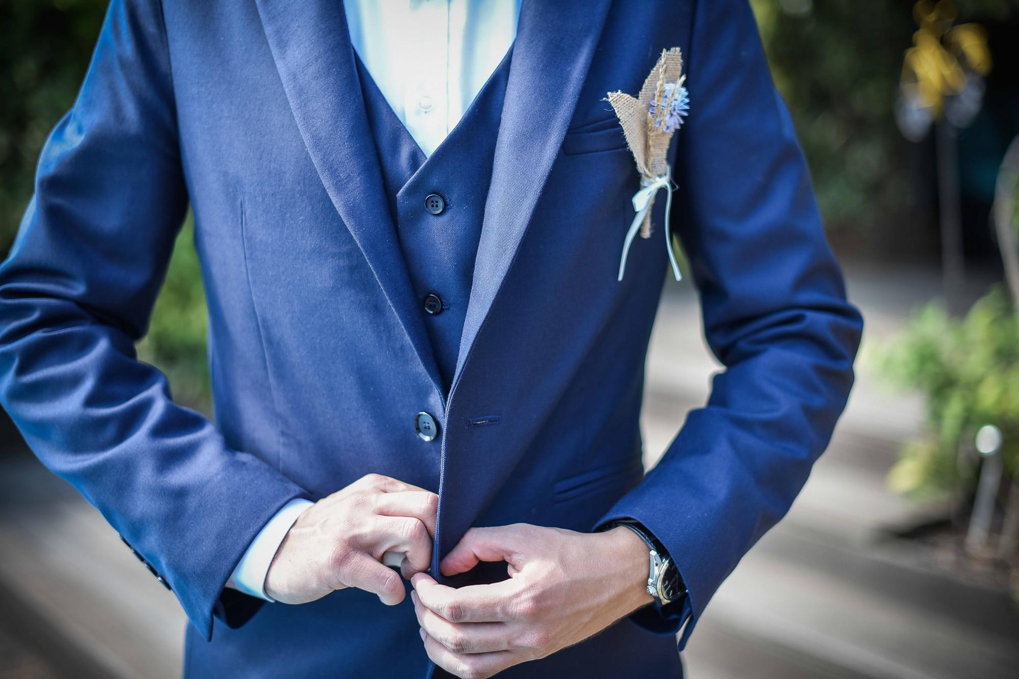 Opération boutonnières pour le marié et ces messieurs
