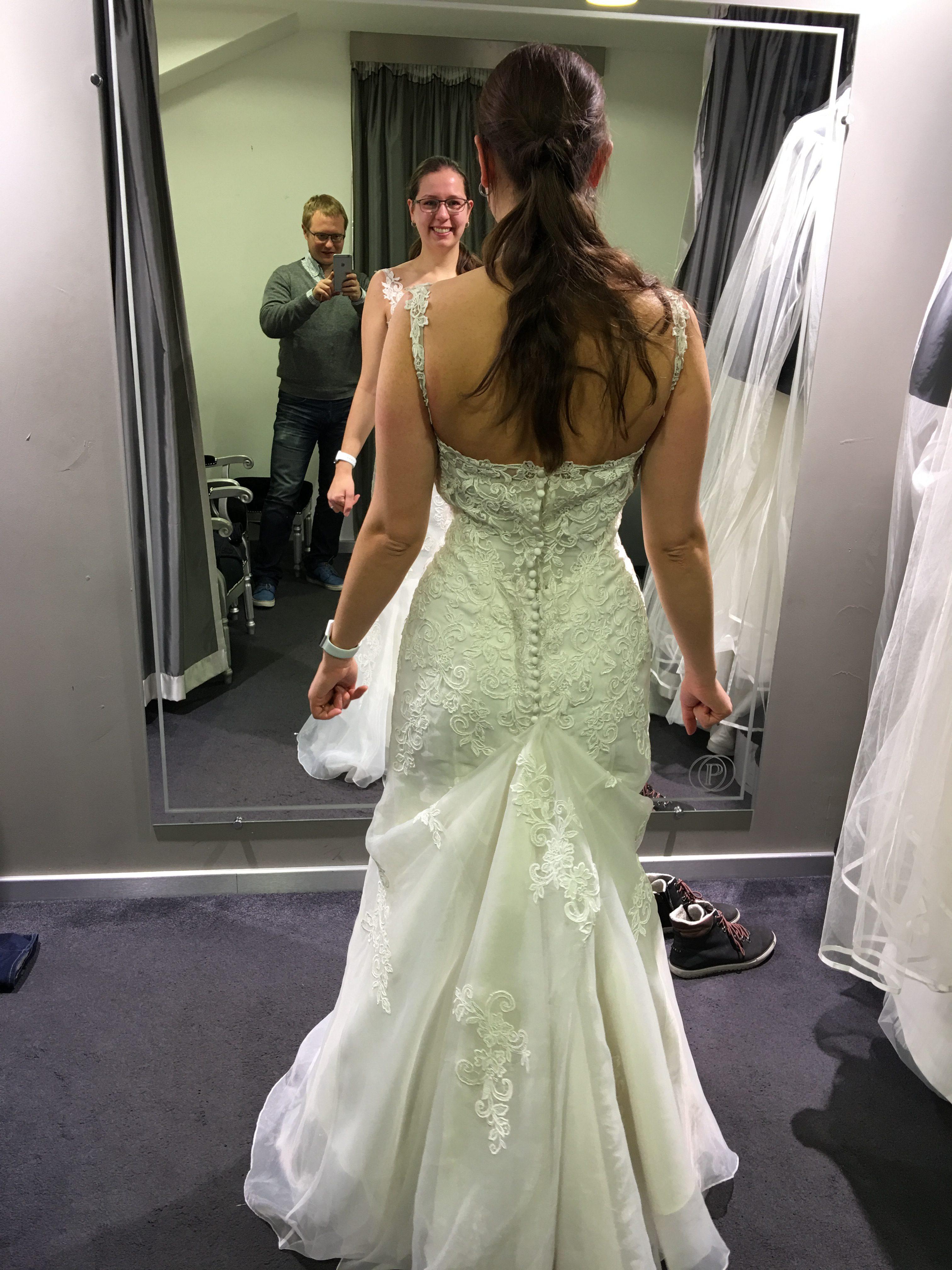 La recherche de la robe : le marié dans la boutique