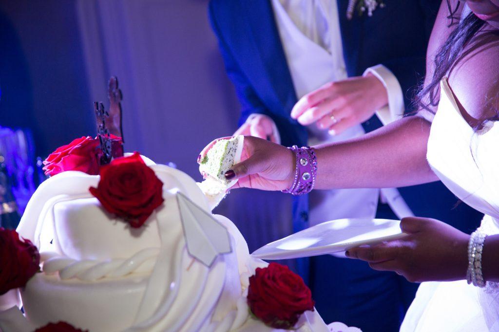 La découpe de notre wedding cake // Photo : Vincent Besson