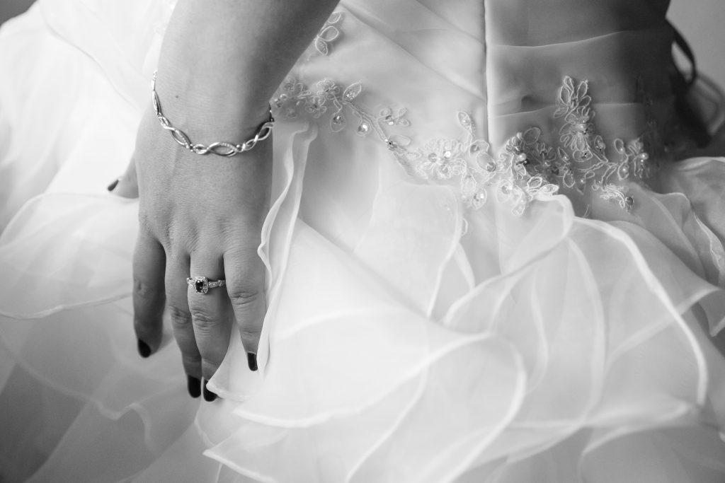 Le moment d'enfiler ma robe, avec deux amies // Photo : Isabelle Chatellier Wedding