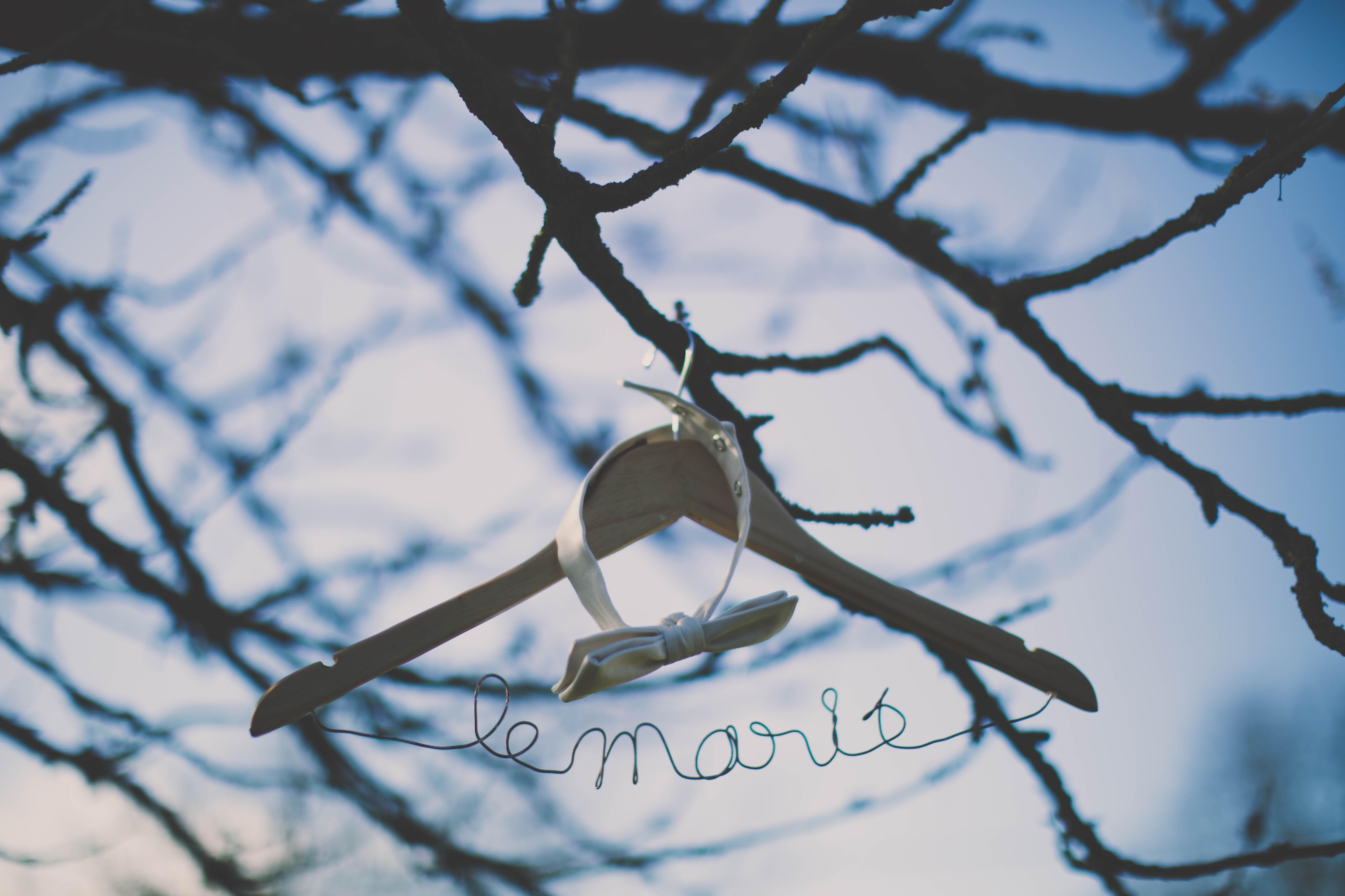 Mon mariage d'hiver tendre et magique : le marié se prépare