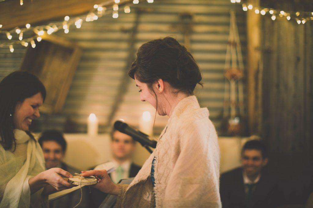 Le rituel des alliances dans une cérémonie laïque // Photo : Aude Arnaud
