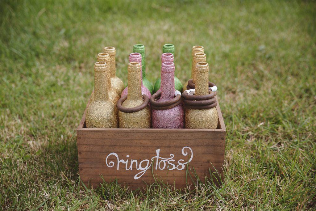Jeux d'extérieur mariage champêtre : ring toss // Photo : La Femme Gribouillage