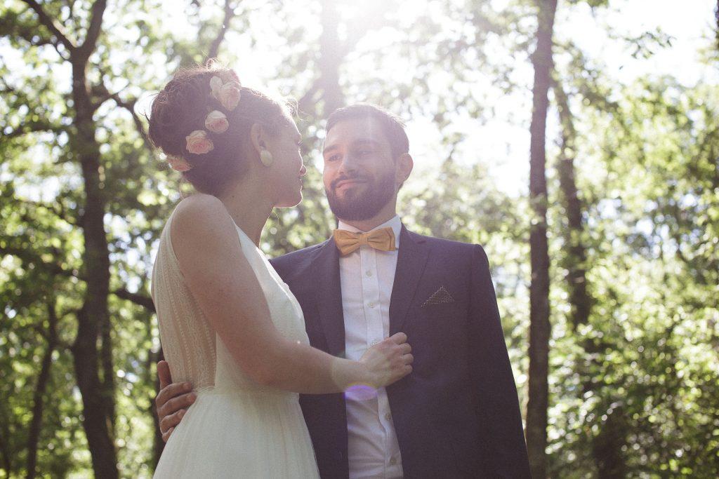 Mon mariage dino-chic : nos photos de couple dans la forêt