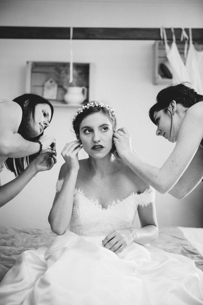 Préparatifs de la mariée le jour J // Photo : Aude Arnaud Photography