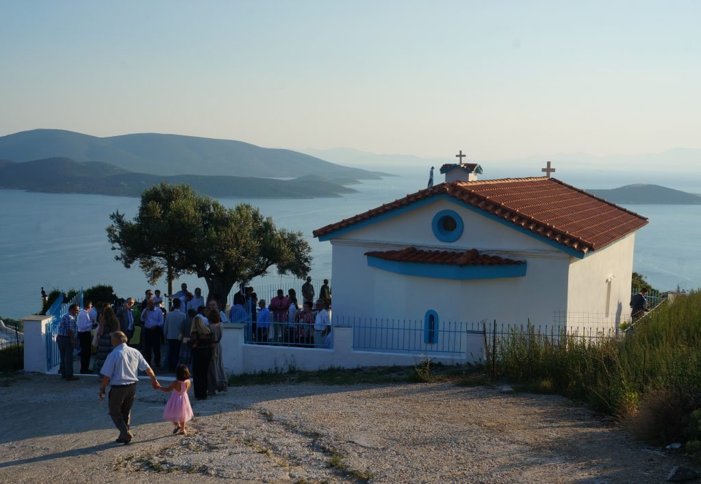 Mon mariage grec avec vue sur la mer : mon arrivée à l'église