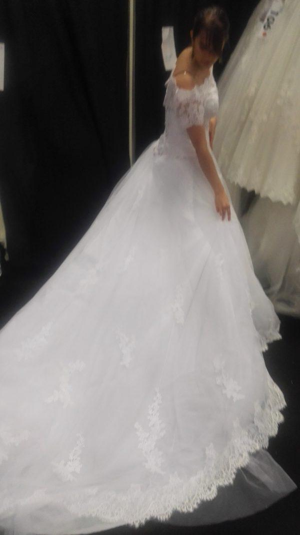 Robe de mariée princesse, longue traîne, manches bateau