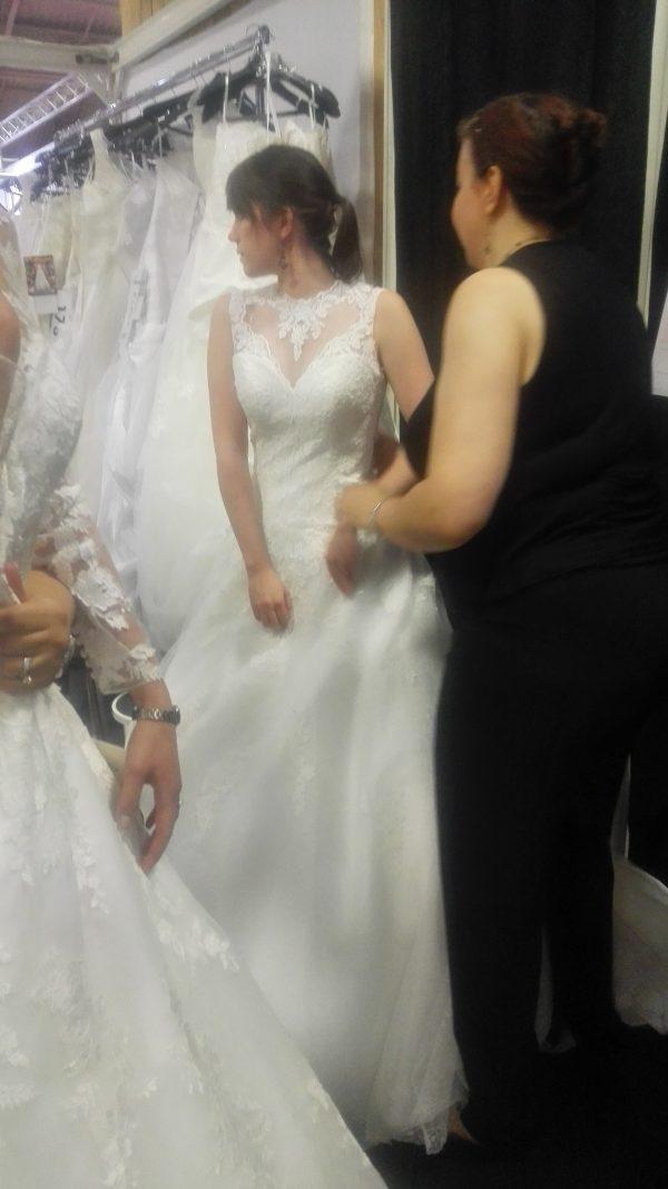 Robe de mariée dentelle, motifs sur le décoleté