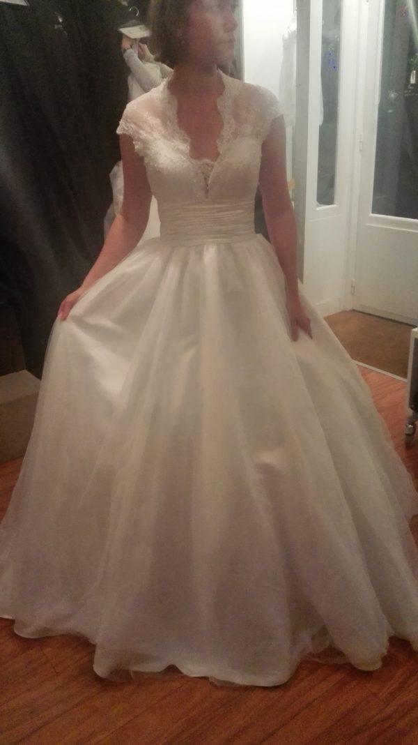Robe de mariée à traîne, col dentelle, décoleté coeur