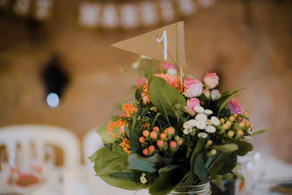 DIY décoration de salle : numéros de table fanions // Photo : Eulalie Varenne