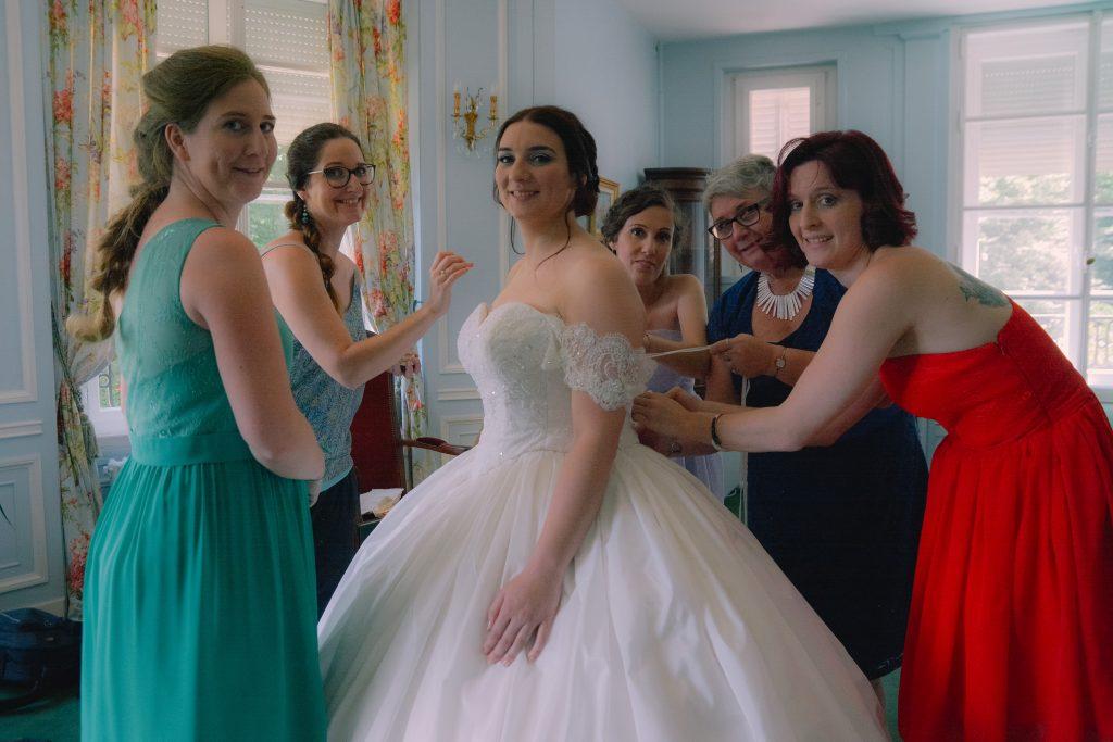 L'enfilage de ma robe de mariée de princesse // Photo : La vie en HD