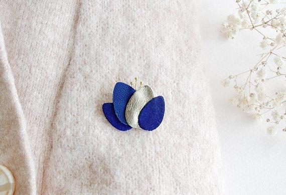 Broche lotus fleur bleu électrique, bleu marine et or
