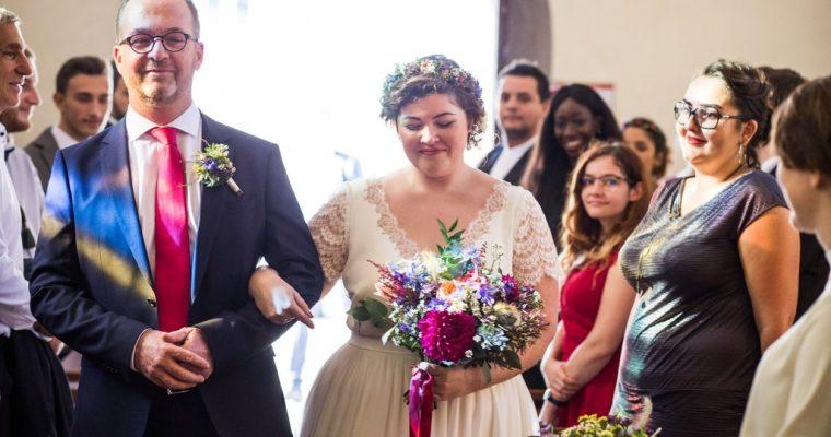 Mon mariage fun et fleuri d'été indien : l'entrée dans l'église