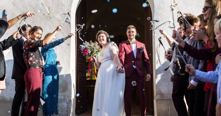 Mon mariage fun et fleuri d'été indien : la sortie des mariés !