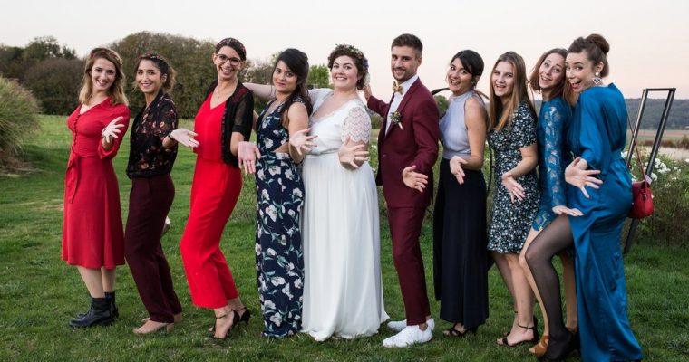 Mon mariage fun et fleuri d'été indien : les photos de groupe et le lancer de bouquet