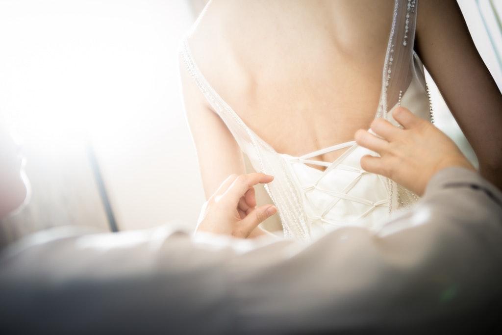 Essayage de robe de mariée d'occasion