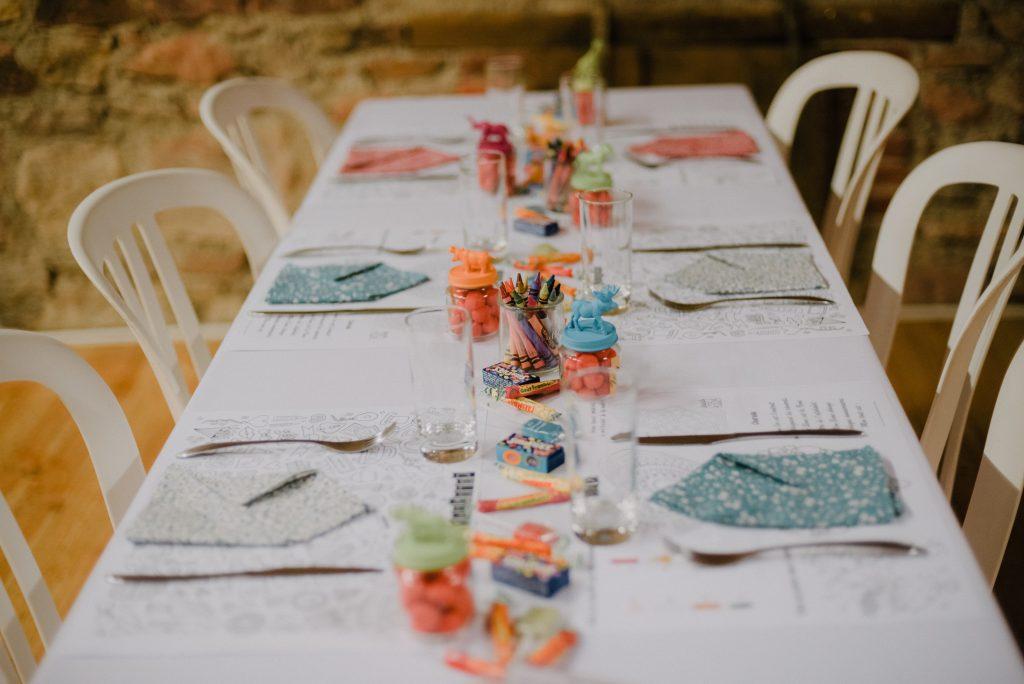 Jeux et déco de la table des enfants // Photo : Eulalie Varenne