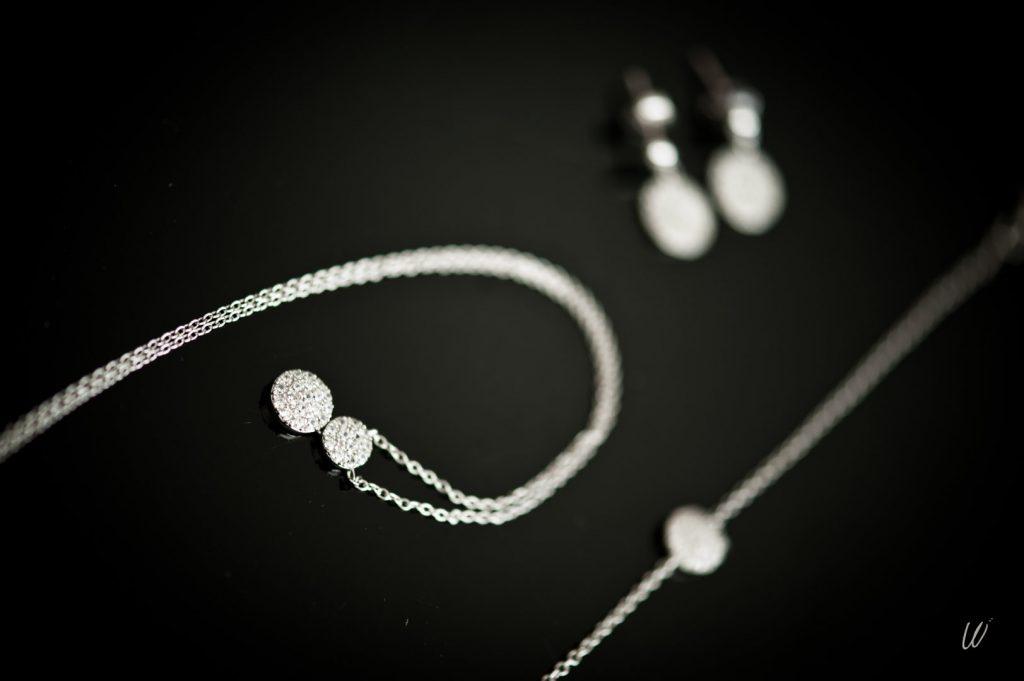 Les accessoires de ma tenue de mariée : mes bijoux // Photo : Lucie Nicolas Photographe