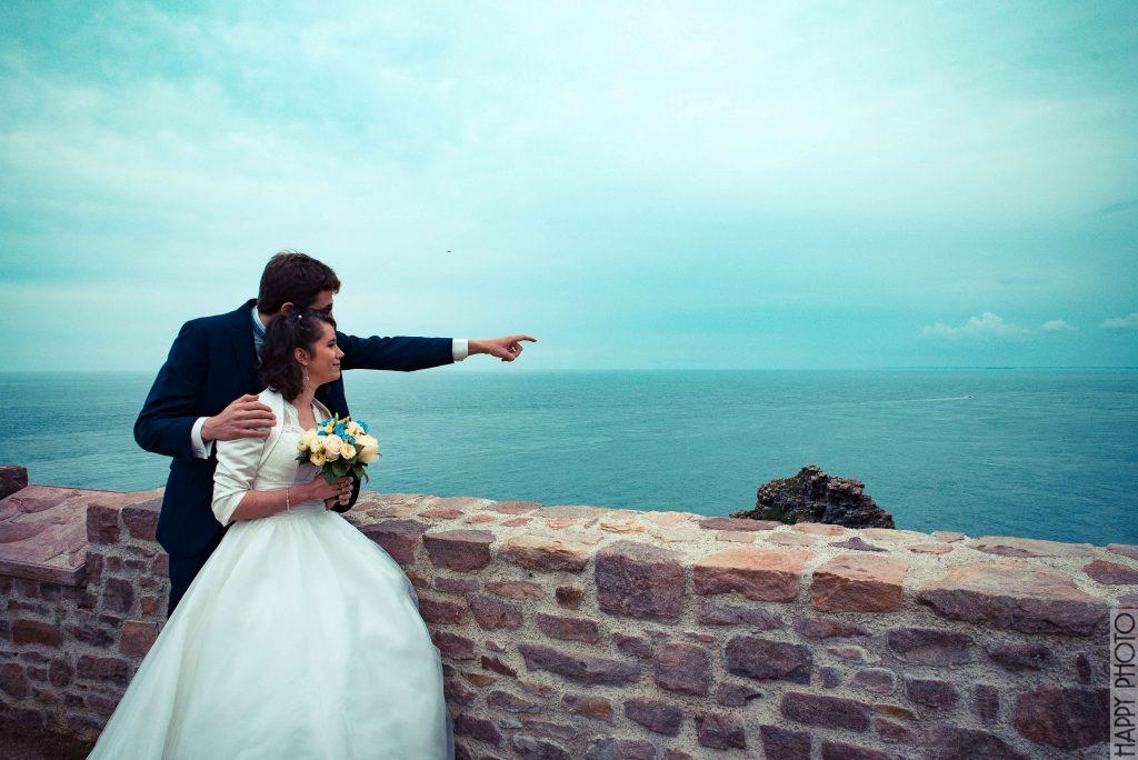 Nos photos de couple sur un phare en Bretagne // Photo : Happy Photo