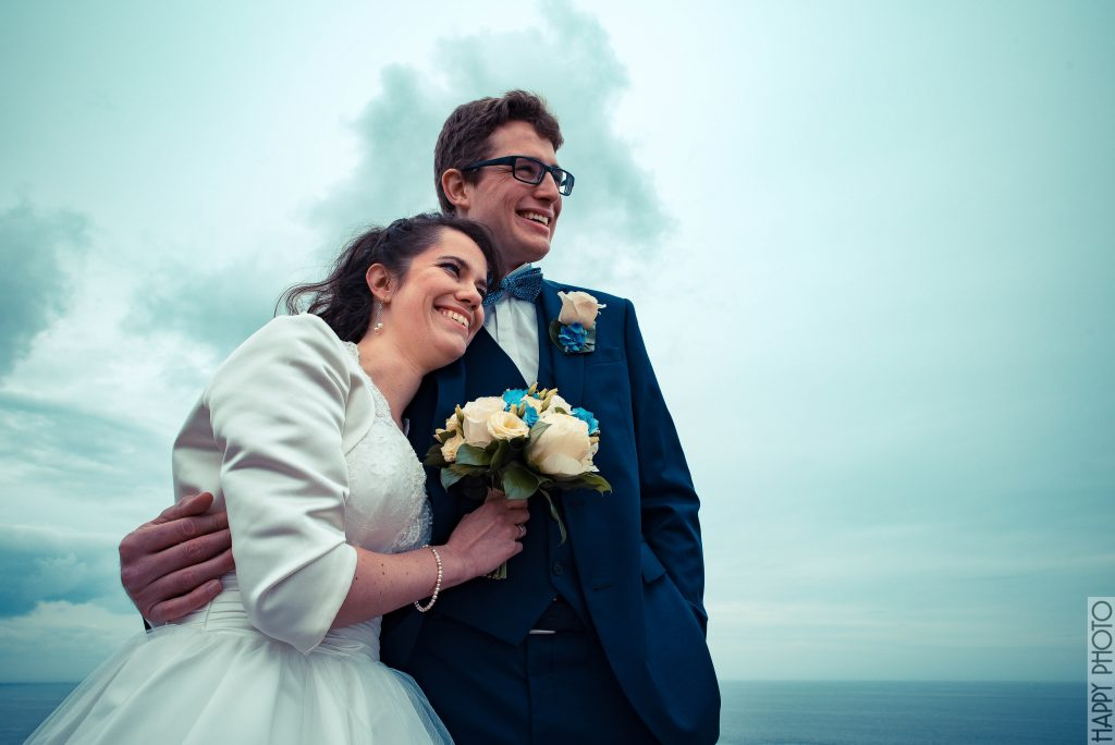 Nos photos de couple sur un phare en Bretagne // Photo : Happy Photo