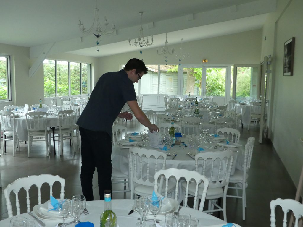 La mise en place de notre décoration bleue et bretonne
