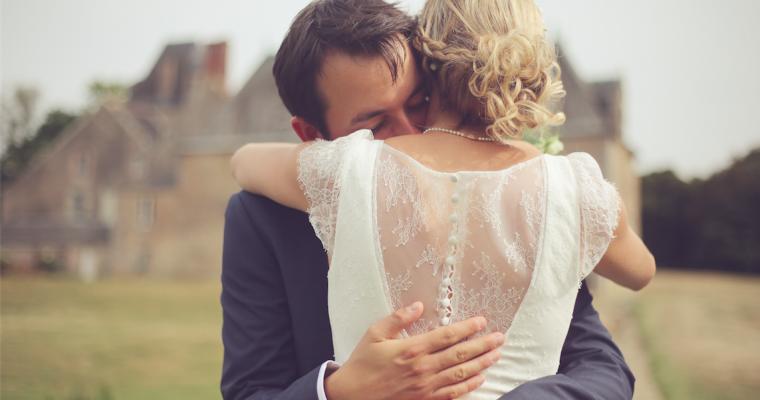 Mon (presque) mariage de princesse, tout en légèreté et convivialité : les futurs mariés prennent la pose