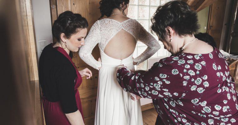 Mon chaleureux mariage enneigé : quand la mariée s'habille
