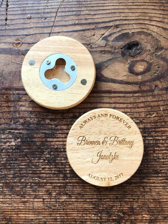 Cadeaux d'invités mariage original : des décapsuleurs magnétiques personnalisés !