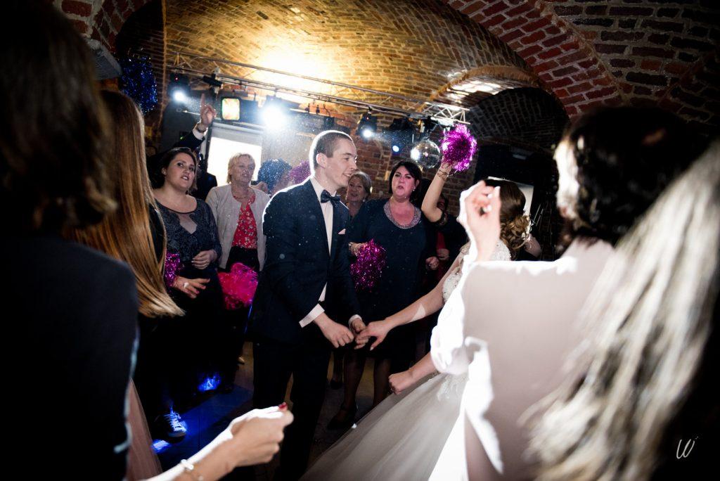 Les animations avant de commencer la soirée : lancer du bouquet avec les rubans et flashmob des invités // Photo : Lucie Nicolas
