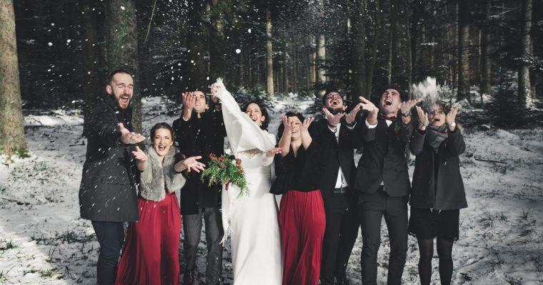 Mon chaleureux mariage enneigé : la séance photo de groupe