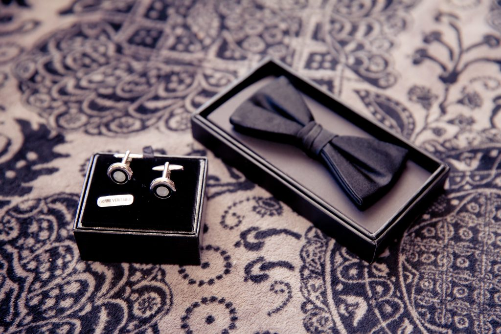 Accessoires pour compléter nos tenues de mariés // Photo : Nature Films Photography