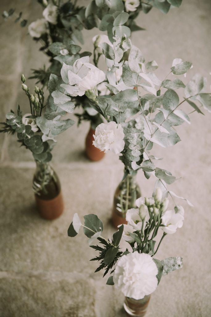 Faire soi-même la déco florale du mariage // Photo : Sara Cuadrado