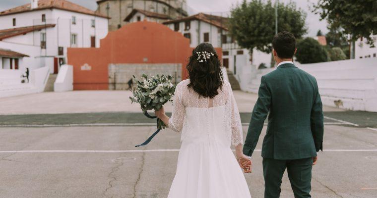 Mon mariage végétal d'automne au Pays Basque : instant photographique sur le fronton du village