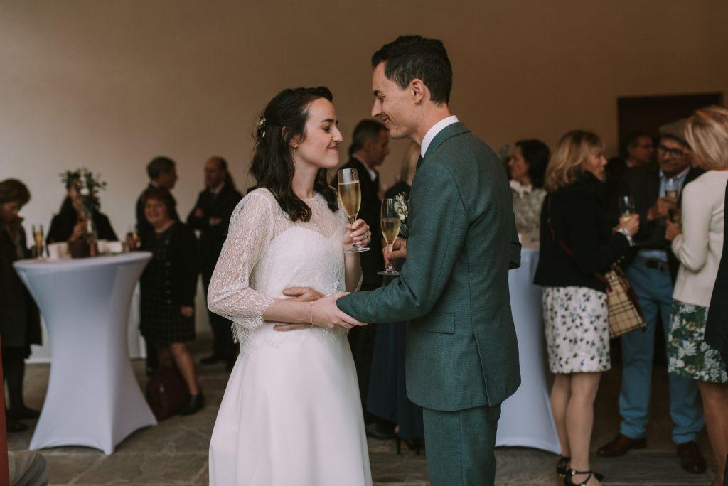 Plan B lors du cocktail du mariage : sous le préau pour éviter la pluie // Photo : Sara Cuadrado