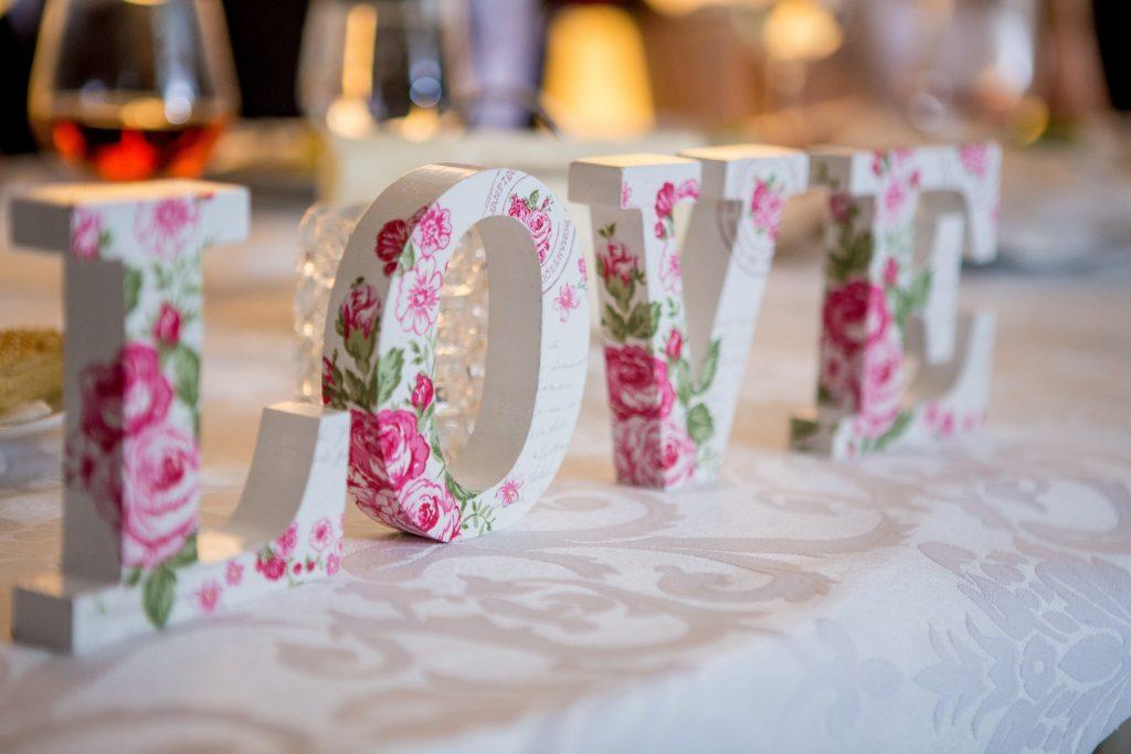 Les préparatifs du mariage... et les changements du plan de table de dernière minute !