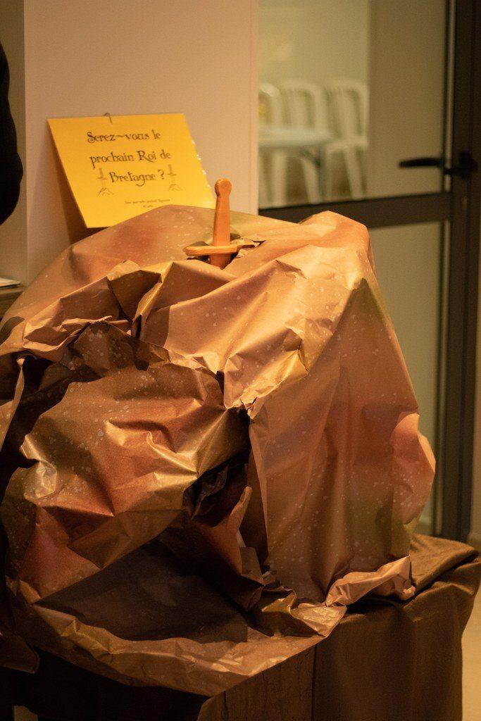 Tutoriel DIY pour une urne de mariage inspirée du rocher de Kaamelott // Photo : Brian Photographe