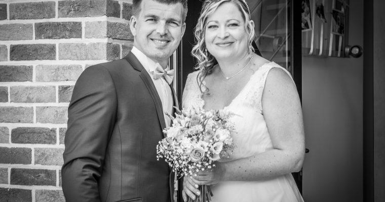 Mon mariage simple et convivial en couleurs pastels : les mariés se découvrent