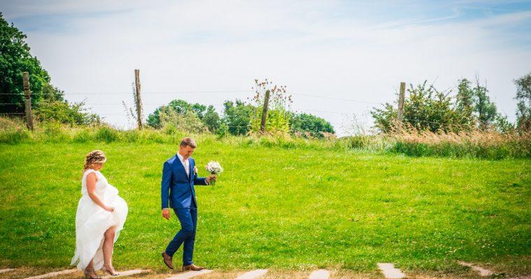 Mon mariage simple et convivial en couleurs pastels : notre séance photo de  couple entre moulin, champs de blé et franches rigolades…
