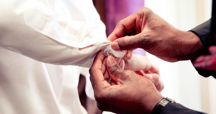 Mon lumineux mariage d'été entre passion et émotion : le marié se fait beau