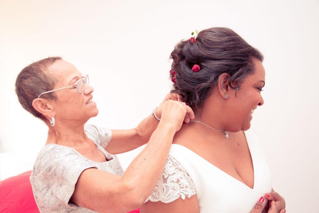 L'habillage de la mariée le jour J // Photo : Delphine Persyn - Nature Films Photography