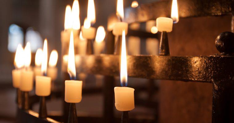 Notre cérémonie religieuse bilingue : la recherche du prêtre