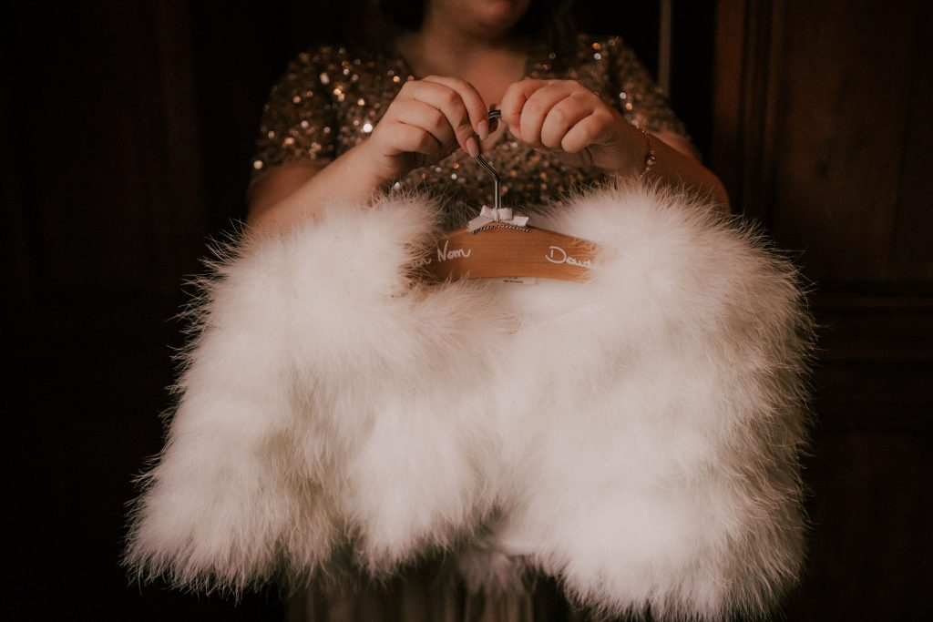 Les DIY de mon mariage : les cintres personnalisés // Photo : La Cabine de Margaux