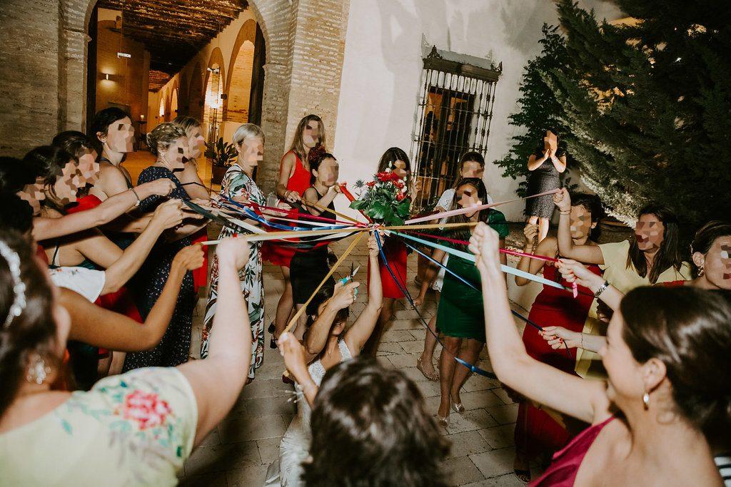 Notre dîner de mariage ponctué de surprises : le jeu du ruban pour le lancer de bouquet // Photo : Les Récits de Becca
