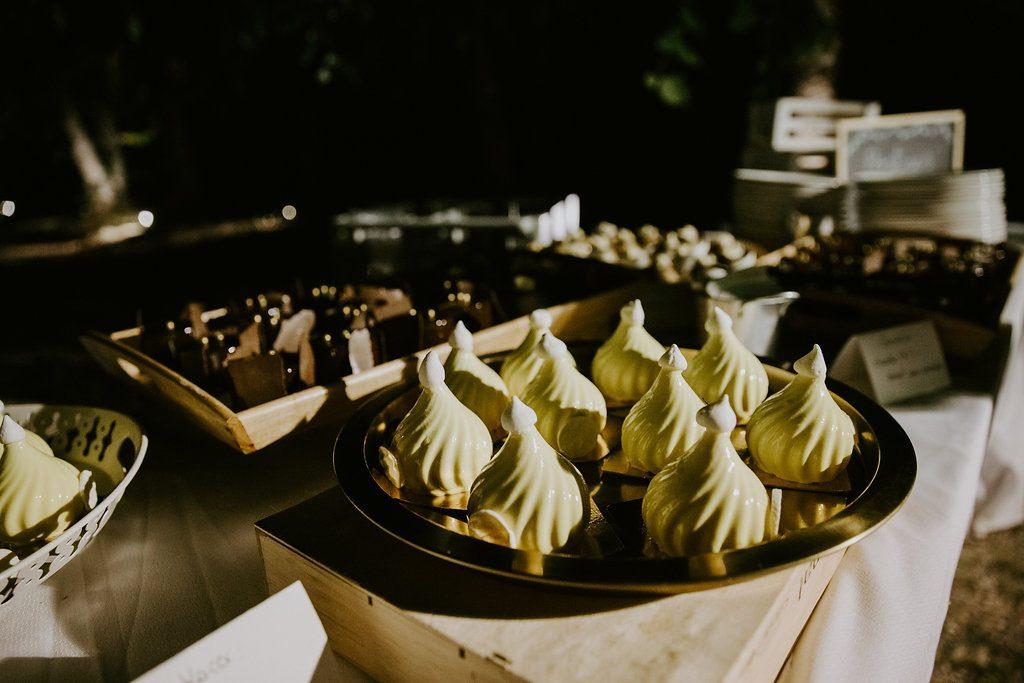 Notre dîner de mariage ponctué de surprises : le wedding-cake // Photo : Les Récits de Becca